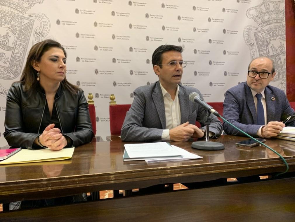 Cuenca en rueda de prensa, junto a su equipo de presupuestos