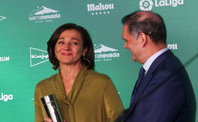 Lola Fernández Ochoa tras recibir el galardón de manos de Jesús Ibáñez.