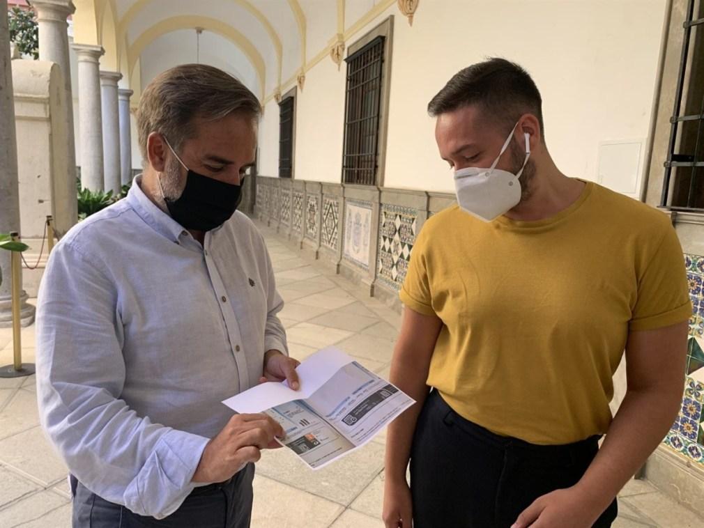 El concejal socialista de Granada Jacobo Calvo, a la izquierda en la imagen