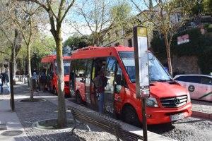 una cola para subir al autobus de la Alhambra