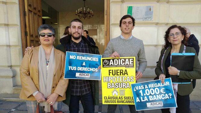 Adicae presentando la demanda colectiva en los juzgados de Plaza Nueva