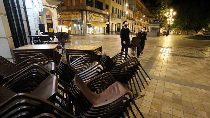 La hostelería, expectante ante la posibilidad del cierre de los bares tras  el 'fracaso' del confinamiento perimetral en Granada