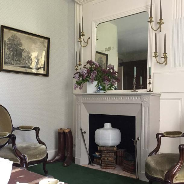 Chambre Oncle Roger de Grand Bouy, vue sur la cheminée et la paire de fauteuils à médaillon