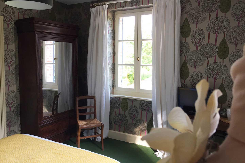 Chambre Tante Marthe de Grand Bouy, fenêtre côté est, armoire à glace ancienne et le papier peint Silhouette d'Harlequin