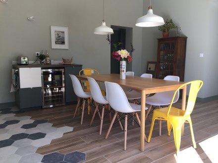 La cuisine de la maison de Célestin avec sa grande table en bois