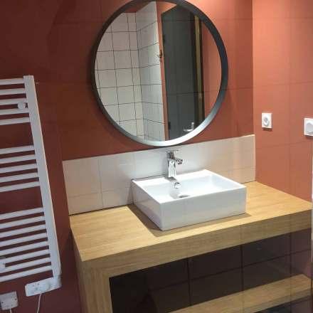 La Maison de Célestin, salle de bain avec mur peint en terracotta, plan vasque sur mesure en chêne, grand miroir rond