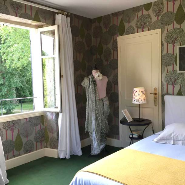 Chambre Tante Marthe de Grand Bouy, vue sur le lit, la fenêtre ouverte, le mannequin ancien et le papier peint Silhouette d'Harlequin