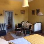 La chambre Amédée de Grand Bouy, vue plongeante, un lit en 160 cm, un lit ancien en 90 cm et vue sur la salle de bain
