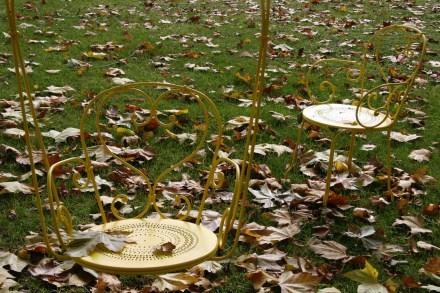 Dans le parc de Grand Bouy, avec feuilles d'automne une balancelle et une chaise 1900 de Fermob