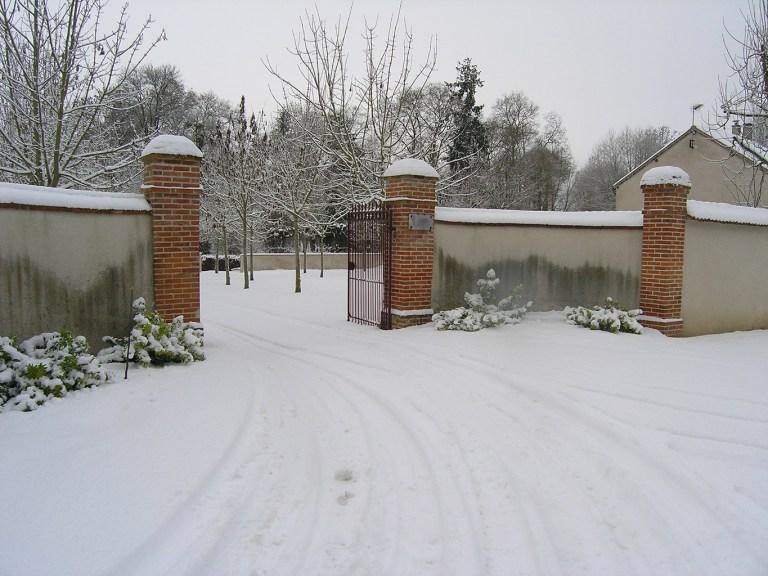 Portail d'entrée de Grand Bouy sous la neige