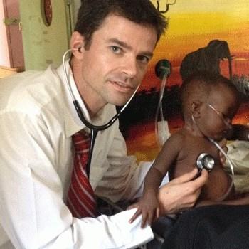 Michael Hawkes (Hôpital pour enfants Stollery) au travail en Afrique