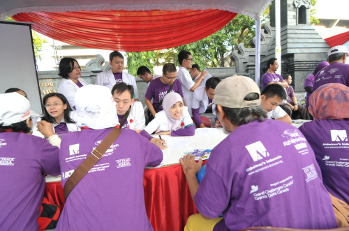 World Alzheimer's Month Memory Walk 2014 participants in Semarang sit down for free consultation and screening tests for Alzheimer's Disease