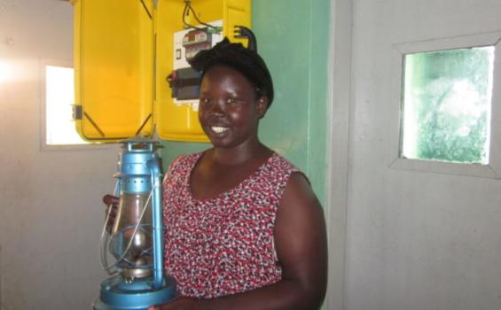 Avant la mallette solaire, Claire, une sage-femme, devait utiliser une lampe à pétrole pour s'éclairer dans l'établissement de santé où elle travaille. Photo gracieuseté de We Care Solar®