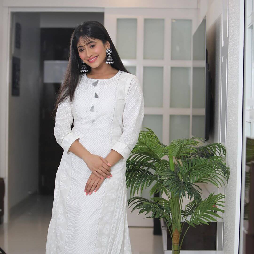 Shivangi Joshi height and body stats