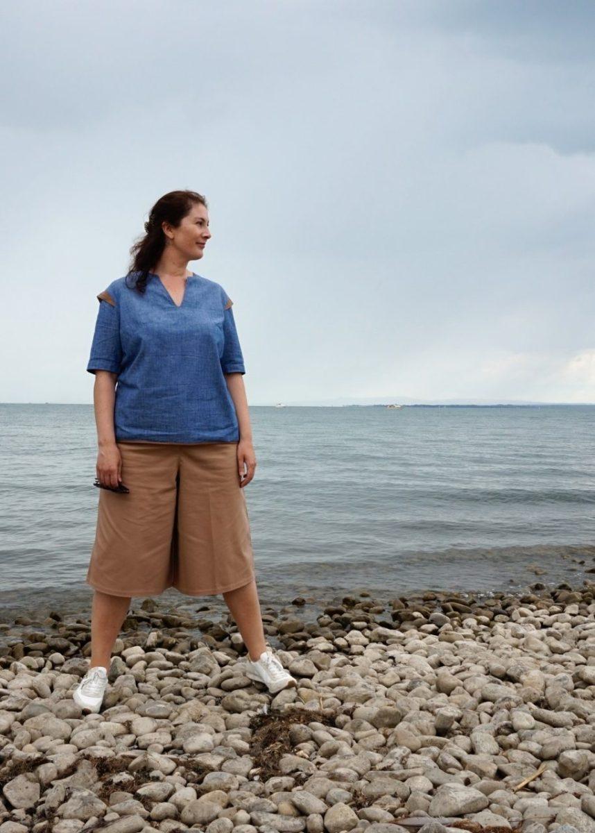 Nachhaltiges Modeoutfit mit blauer Bluse und sandfarbener Culotte