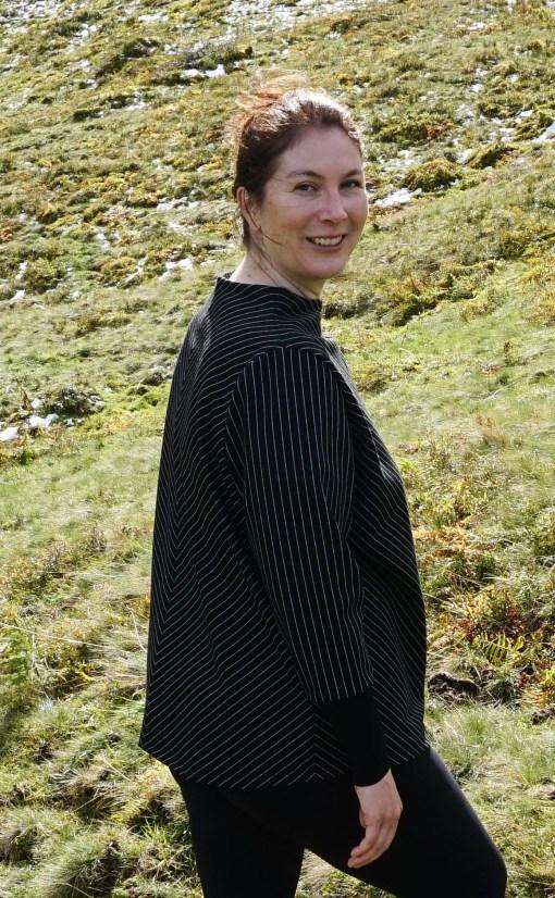 lächelndes Model mit schwarz/weißem Pullover