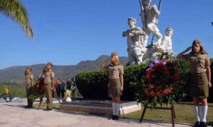 Castro Ruz, presidente de los Consejos de Estado y de Ministros, fueron depositadas en el monumento erigido a los Mártires del III Frente, en la loma de la Esperanza, en la provincia de Santiago de Cuba, el 6 de marzo de 2015, en ocasión del aniversario 5