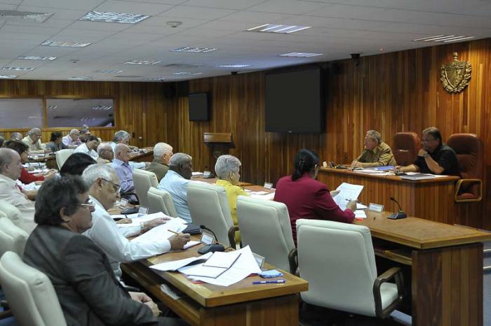 Reunión del Consejo de Ministros. Raúl preside el encuentro, a su lado, Marino Murillo, vicepresidente del Consejo de Ministros y Ministro de Economía y Planificación
