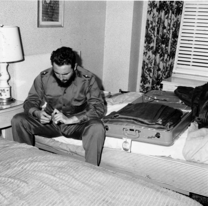 Fidel Castro antes de abandonar el hotel Shelbourne, donde se encontrababa alojada la delegación cubana. La gerencia había notificado que debían abandonar el mencionado establecimiento, negándose además a devolver 5 000 dolares que se habían depositado como garantía.