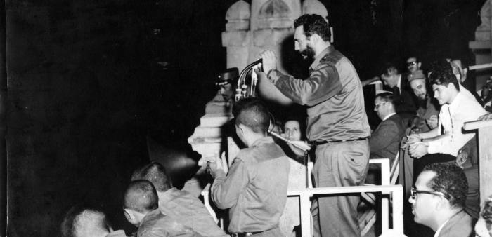 Decenas de miles de personas se concentran frente a la terraza norte del Palacio Presidencial (hoy Museo de la Revolución) para dar la bienvenida a la delegación que participó en el XV Periodo de Sesiones de la Asamblea General de la ONU, en Nueva York, y escuchar las palabras del Comandante en Jefe Fidel Castro quien en esa multitudinaria concentración anunció al pueblo la constitución de los Comités de Defensa de la Revolución.