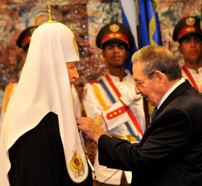 Raúl condecora al Kirill