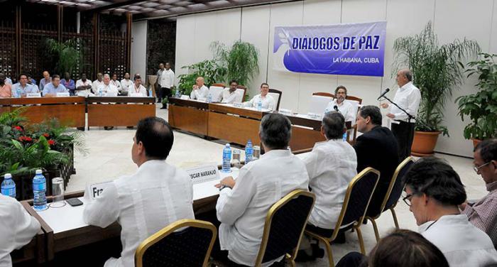 Anuncio del acuerdo final del Diálogo de Paz en la mensa de negociaciones en La Habana, presidido por Bruno Rodríguez Parrilla, Ministro de Relaciones de Cuba y con la presencia de Humberto de la Calle y el comandante Iván Márquez, jefe de las delegaciones negociadoras del gobierno colombiano y las FARC-EP, así como los garantes y acompañantes.