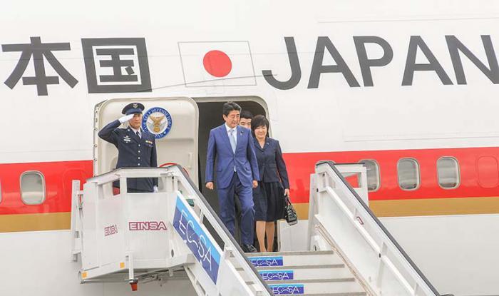 el vicepresidente del Consejo de Estado, Salvador Valdés Mesa, recibe en el Aeropuerto Josè Martì al El primer ministro de Japón, Shinzo Abe
