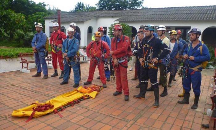 Alumnos del Taller Nacional de Espelosocorro se alistan en el patio del Centro de Entrenamiento Antonio Nuñez Jiménez para comenzar las clases prácticas.