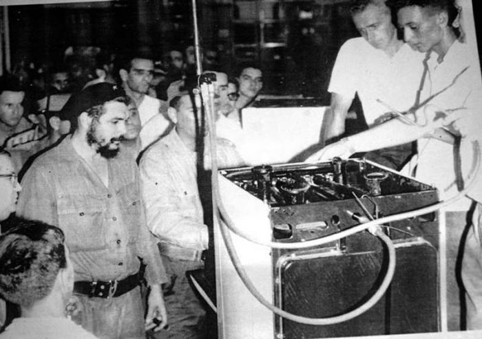 Momento en que el Che realiza una de sus frecuentes visitas a la Inpud Primero de Mayo.