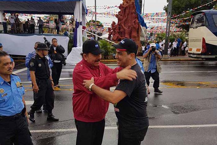 El Embajador de Cuba en Nicaragua, Juan Carlos Hérnandez saluda al presidente Comandante Daniel Ortega.