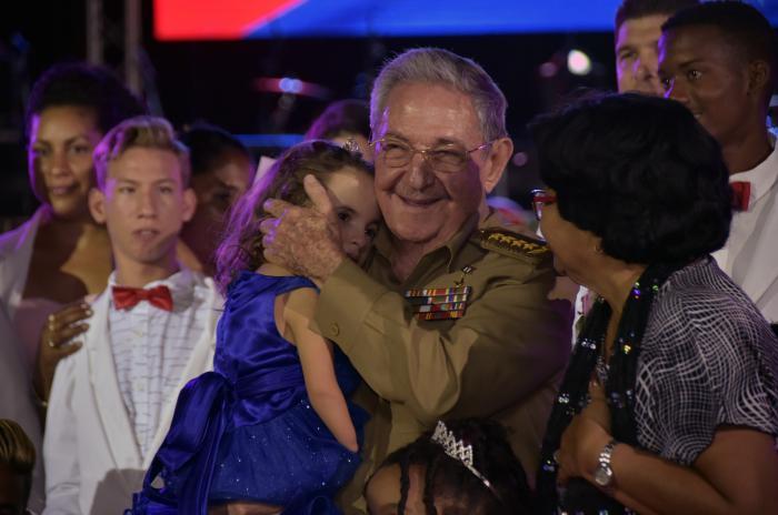 Raúl carga a una niña