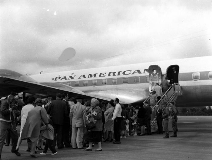 Primera salida de niños cubanos 4hacia Miami, Estados Unidos, vía Varadero. Vuelos de la Pan American Airways. Operación Peter Pan Sobre de Negativos 1-12-65 Inmi1240