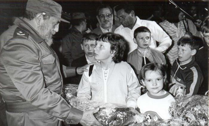 Fidel recibe a ni?sovi?cos de Chernobil.Foto: Liborio Noval 29/03/90