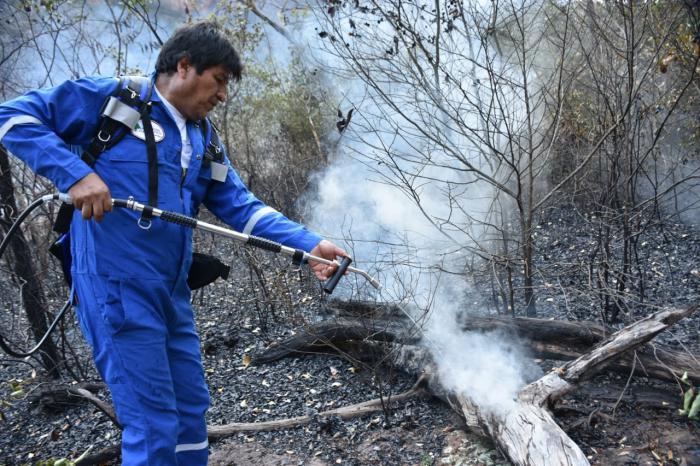 Morales Ayma ha dado muestras con su ejemplo personal cooperando junto a brigadas en la extinción del incendio. Foto: Reuters