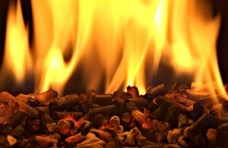 granules-de-bois-en-feu