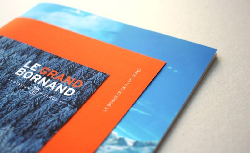 Une grande grande brochure de station de ski