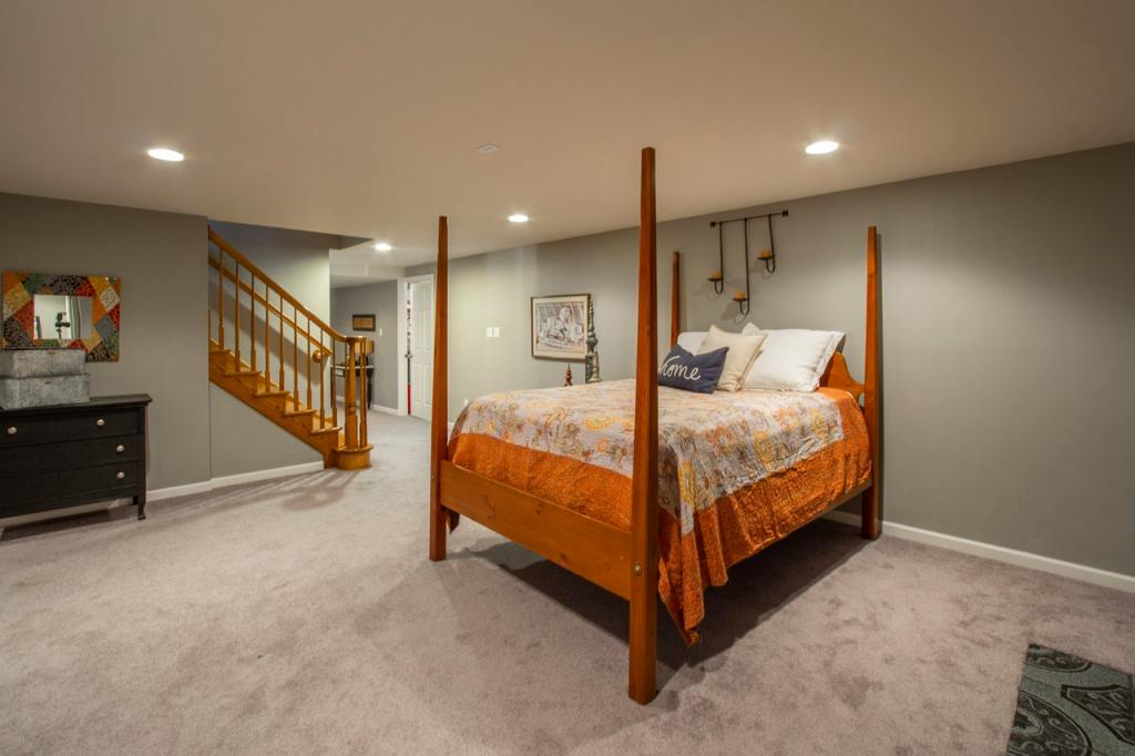 bedroom with 4 pillar bed also look stairs