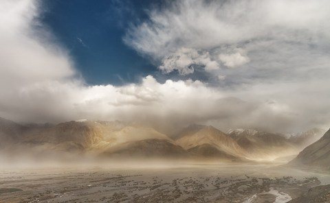 Sandstorm, Diskit, Ladahk, India, Ride in the clouds