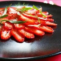 Carpaccio de fraises, timut et sirop de tonka