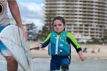 La nena que la mata surfeando