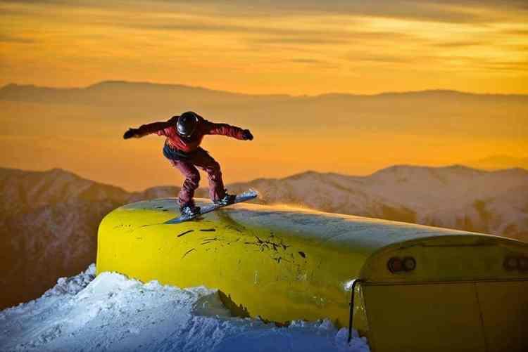Nicolas Natalucci de frontside boardslide sobre el bus en Colorado.