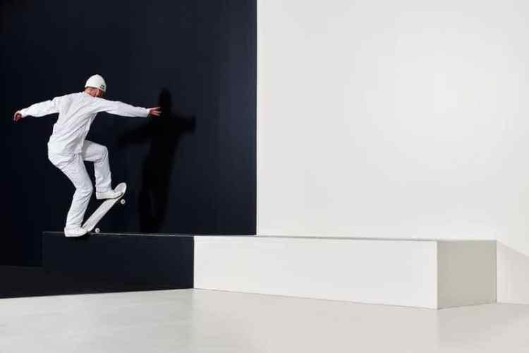 Vladik Scholz, Denny Pham y Jost Arens juegan con los contrastes en esta locura de blanco y negro.