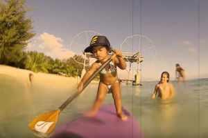 La nena de 4 años que da clases de Stand Up Paddle
