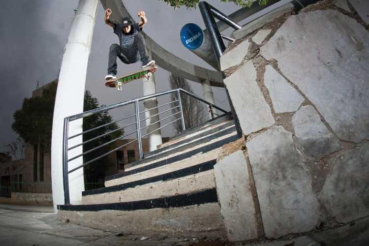 Milton Martinez - Flip Crooked Durante diez días, Milton patinó todo lo que se le puso por delante y este flip crooked fue uno de sus últimos trucos del viaje. © Sergio Alvarez