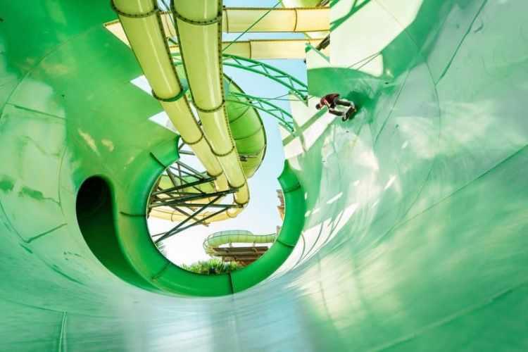 alex-sorgente se desliza-en un-tobogán en un parque acuático en dubai