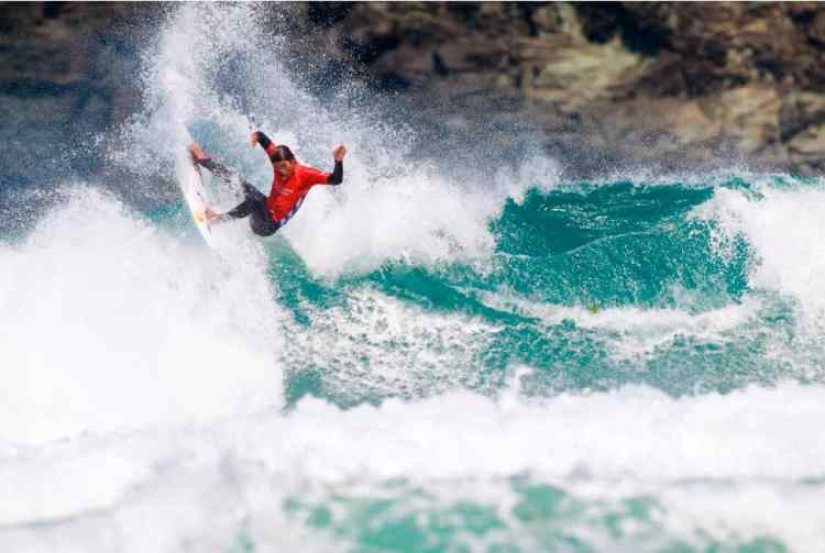 Kanoa entrando fuerte.Foto WSL_Laurent Masurel