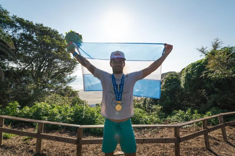 santi muñiz surf argentina campeon mundial festejo bandera