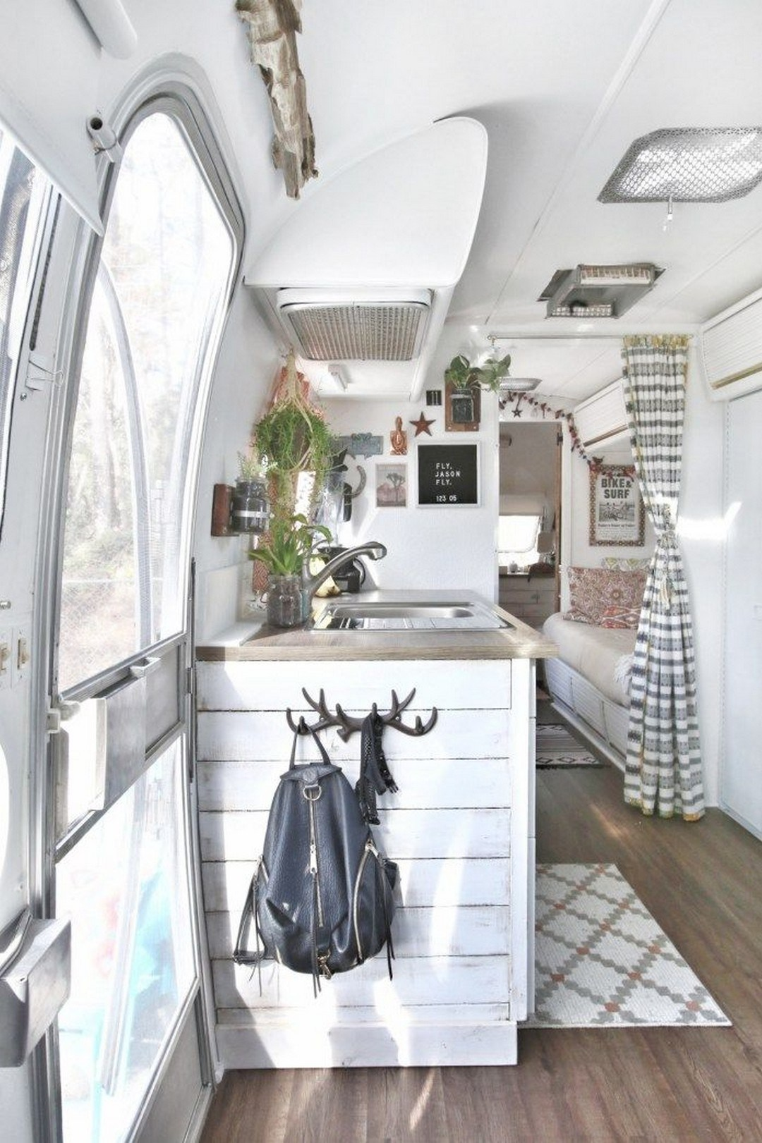 35 Stylish And Gorgeous Airstream Interior Design Ideas That Will Keep You Spellbinder
