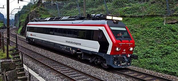 With the help of this special train, manual inspections of the rails are no longer necessary: Cameras provide the data, which are analyzed by means of artificial intelligence and reflect the condition of the rails. Image: SBB