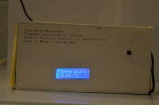 """La vista esterna del """"Termometro Casalingo"""" con tanto di sensore LM35 all'esterno e scritta tagliata dallo scatolo, insomma un primo prototipo coi fiocchi"""